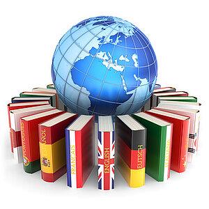 Dargestellt wird ein Erdball, um den Bücher gereiht sind, deren Deckseiten Flaggen verschiedener Nationen zeigen.