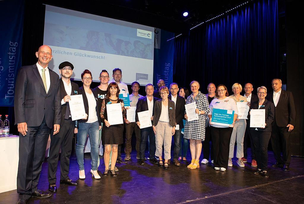 Alle Preisträger des Tourismuspreises 2019 gemeinsam mit Wirtschaftsminister Wolfgang Tiefensee auf der Bühne im Erfurter Kaisersaal