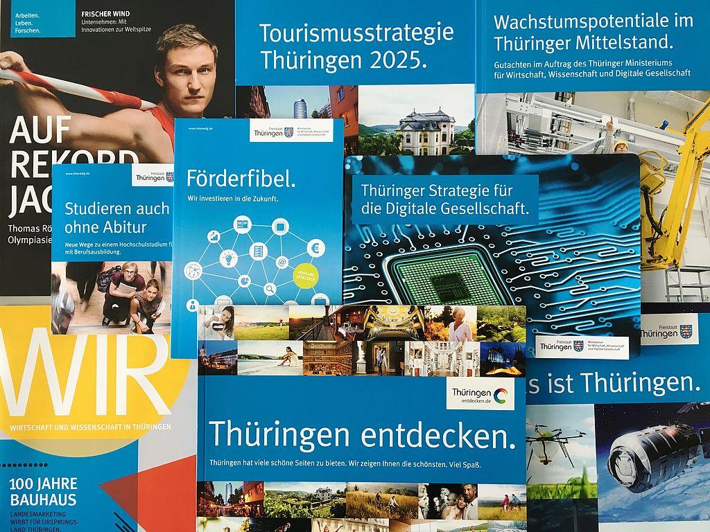 Bild mit zahlreichen Publikationen des Thüringer Wirtschaftsministeriums