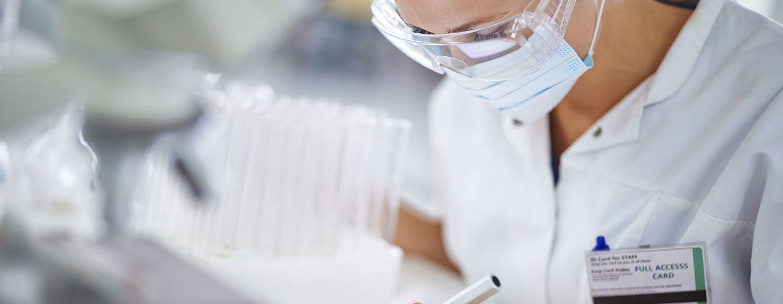 Medizinierin bei Diagnose am Tablet-PC