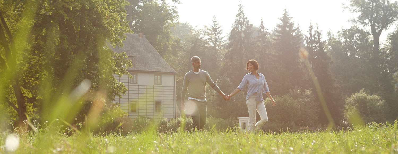 Paar im Stadtpark Weimar nahe Goethes Gartenhaus